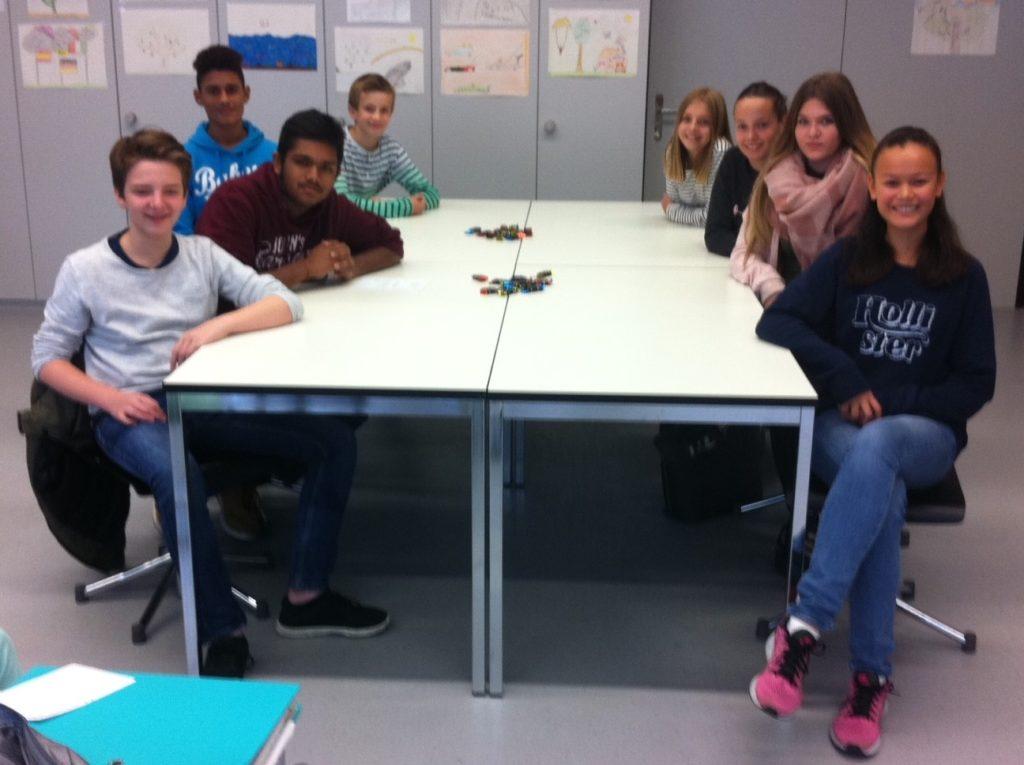 Louis (3r), Aingharan (3h), Patxi (1a), Benedikt (1s), Victoria (1b), Emilie (1r), Lara-Jane (3g), Chiara (3s)